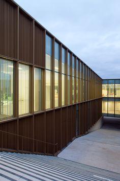 Centro Cultural, Librería y escuela de Música y Danza de Ateliers O-S Architectes en Saint German lès Arpajon, Francia