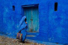 Chaouen, escondida en las faldas de las montañas del Rif, con su laberinto de callejuelas y casas de color azul, es una de las más bonitas de Marruecos.