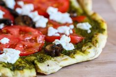 Fire up the grill and harvest the basil before frost for this fabulous grilled goat cheese and pesto pizza. Isnt everything better with a little goat cheese? Fire up the… Pesto Pizza, Goat Cheese Pizza, Salsa Pesto, Pesto Spinach, Cheese Food, Tomato Pesto, Veggie Pizza, Basil Pesto, Think Food
