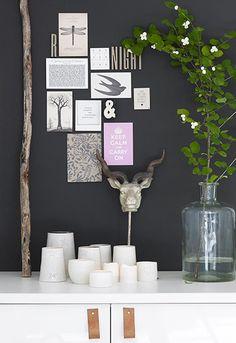 Ciemna ściana. Jeleń. Kolaż ze zdjęć. Białe świece. Skandynawskie wnetrze.