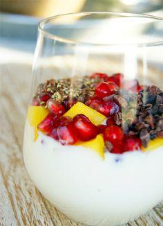 Je hebt nodig:  1 granaatappel Halve mango 250 ml Alpro Mild & Creamy 1 eetlepel gebroken lijnzaad 1 eetlepel cacao nibs