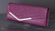 Roze subtiele glitter clutch met metalen afwerking.