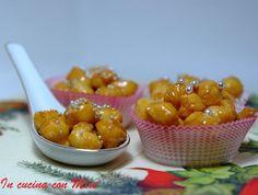 La Pignolata calabrese al miele, è invitante con il suo profumo di miele e non può mancare sulla tavola nel periodo di Natale e carnevale.