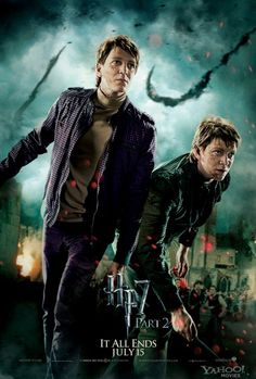 Harry Potter and The Deathly Hallows Part 2 Movie Poster features Fred and George Weasley in the battle of Hogwarts. Harry Potter World, Harry Potter Poster, Magia Harry Potter, Mundo Harry Potter, Harry Potter Cast, Harry Potter Love, Oliver Phelps, Deathly Hallows Part 2, Harry Potter Deathly Hallows