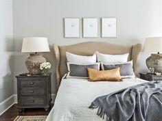 Historischer Bungalow im Craftsman-Stil in Houston - Neu Wohnkultur Repainting Kitchen Cabinets, Oak Cabinets, Burgundy Bedroom, Bungalow, Houston, Sleep Pictures, Bedroom Wall, Bedroom Retreat, Bedroom Ideas