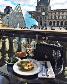 breakfast in front of the louvre ♥