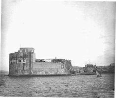 Primo piano sul Forte Campana all'ingresso del porto di Messina in una fotografia di fine '800.