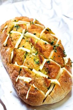 Cheesy Garlic Pull Apart Bread - Load bread stuffed with fresh mozzarella cheese and melted garlic butter.An easy cheesy garlic pull apart bread recipe that's perfect for any party! A garlic bread stuffed with fresh mozzarella cheese and baked till i Cheese Recipes, Appetizer Recipes, Cooking Recipes, Pizza Recipes, Stuffed Bread Recipes, Easy Potluck Recipes, Appetizers, Crack Bread, Cheesy Garlic Bread