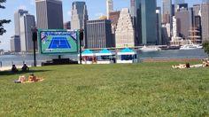 Dumbo Park!Uma ótima opção em NY para quem passar por Brooklyn. O espaço fica localizado bem abaixo da Brooklyn Bridge e tem uma área verde perfeita para tomar sol,relaxar ou fazer um piquenique. Neste dia estava passando o torneiro US Open ao vivo em um telão para os visitantes totalmente free!