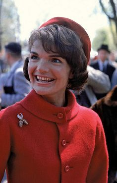 Style Icon Jackie Kennedy in couturier Oleg Cassini's hat. Jackie's famous pillbox hats were every woman's ideal. Jacqueline Kennedy Onassis, John Kennedy, Jacqueline Kennedy Jewelry, Jackie Kennedy Style, Jaqueline Kennedy, Southampton, Valentino, International Fashion, Lady In Red