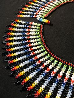 Сарагуро | biser.info - всё о бисере и бисерном творчестве Native Beadwork, Native American Beadwork, Diy Jewelry Tutorials, Beading Tutorials, Beaded Necklace Patterns, Beaded Collar, Seed Bead Bracelets, Embroidery, Bead Weaving