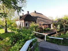 Giethoorn, Noorderpad 17, boerderij met dwarshuis, kameeldak en bakhuisje. Rijksmonument