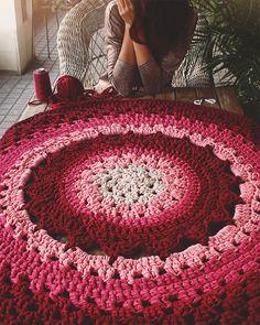 Alfombra de trapillo con dibujo de flor en el centro realizada a mano. Como sólo se hace bajo pedido,puedes elegir el tamaño y los colores. Los precios para cada tamaño de diámetro son: 0.70 metros........58 € 1 metro...............69 € 1.20 metros........82 € 1.50 metros........110 € Consultar precios para otros tamaños. Se puede lavar a máquina o a mano! ;)