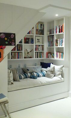 HUESPEDES. A sleeping/lounging library nook.