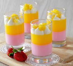 Butuh dessert yang menyegarkan? Langsung saja buat Puding Gelas Stroberi Mangga Krim ini. Tampilan dan rasanya akan menyempurnakan akhir pekan ini.