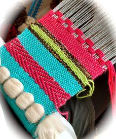 As weaving: Points learned by the new weavers - Telar artístico - Weaving Textiles, Weaving Art, Weaving Patterns, Tapestry Weaving, Loom Weaving, Textile Patterns, Textile Art, Hand Weaving, Weaving Wall Hanging