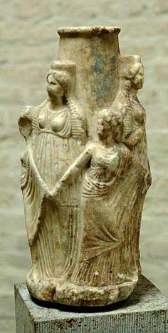 """Orazio era terrorizzato dalle sacerdotesse di Ecate: """" Quando torna la luna piena in mezzo al cielo, eccole a razzolare in cerca d'er..."""
