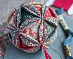 Preciosas bolas que podemos confeccionar para el árbol de Navidad que nos enseñan el el blog Vechernie Posidelki . Con 20 círculos de 5 cms...