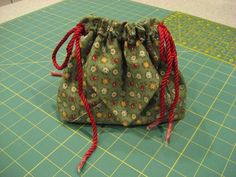 How to make a drawstring, two pocket bag using 2 square -add long strap. Diy Bags Purses, Sew Bags, Craft Bags, Textiles, Fabric Bags, Quilted Bag, Little Bag, Couture, Bag Making