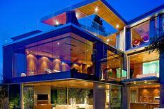 casa com paredes de vidro cidade