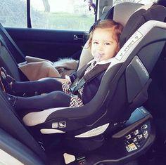 This little girl is so happy with her new car seat #Gravity with 360° rotation // Esta pequeña va muy contenta en su nueva silla de seguridad Jané Gravity con rotación 360° Gracias @loovely_bones