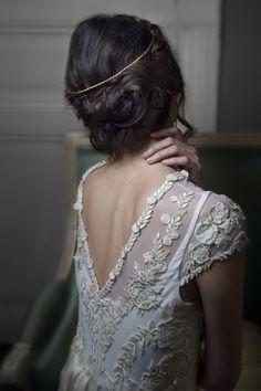 Fine et discrète sublimez vos chignons grâce à la tiare Nadège. Retrouvez la sur notre estore : www.lescerisesdemars.com #lescerisesdemars #couronne #princesse #tiare #lifestyle #style #wedding #mariage #mariée #coiffuredemariée