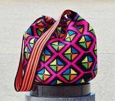 Wayuu mochila bag #beautiful #wayuu #wayuubags #handmade #crochet #yarn #bag #handbag #shoulderbag #colorful #pattern #fashion #look #moda #style #カラフル #アート #ファッション #ハンドメイド #ハンドメイドアクセサリー #가방 #핸드메이드 #팔로우 #패션 #인테리어 #boho #bohochic #gypsy #hippie #hippiechic Tapestry Bag, Tapestry Crochet, Crochet Handbags, Crochet Purses, Filet Crochet, Crochet Yarn, Hippie Crochet, Unique Bags, Basket Bag