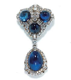 AN ART DECO CABOCHON SAPPHIRE, DIAMOND AND PLATINUM PENDANT BROOCH BROCHE…