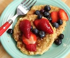 If you love making breakfast special, you are going to flip for this French Toast recipe. Clean Eating Host Arielle Haspel uses brown rice cakes instead of bread and the results are delicious. (How To Make Good Breakfast) Clean Eating Hummus, Clean Eating Snacks, Healthy Snacks, Healthy Recipes, Healthy Carbs, Free Recipes, Vegetarian Recipes, Healthy Eating, Rice Cake Recipes