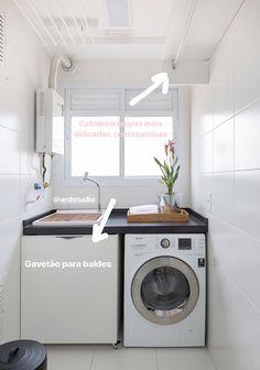 Nessa #lavanderia executamos uma #marcenaria bem funcional, o #gavetão serve para guardar #baldes e produtos mais desajeitados, temos uma #prateleira para pregadores e caixas e um #cabideiro para roupas mais delicadas.#decor #reforma #apartamentopequeno Home Appliances, Laundry Machine, Home, Washing Machine