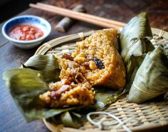 This is the talented @wildserai 's version of #BakChang or #ZongZi  It's a flavoursome glutinous #rice parcel filled with meat (usually #porkbelly and #chinese sausage) mushroom fried shrimp and sometimes salted egg. Served warm. Steamed to be precise.  Used to be my #breakfast treat back in #Malaysia . Available to order from @wildserai . . #eatfamous #bestfoodworld #buzzfeast #feedfeed #forkyeah #EEEEEATS #dailyfoodfeed #foodie #f52grams #foodiegram #fdbloggers #lovefood #forkfeed…