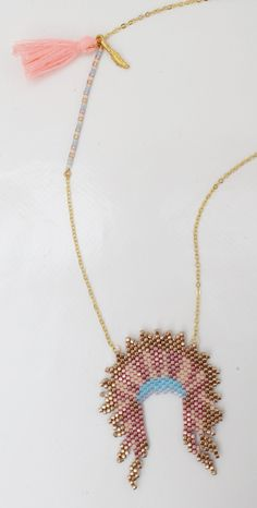 Sautoir Coiffe d'indien mi long en metal dorée avec un pompon et Miyuki Seed Bead Necklace, Beaded Earrings, Beaded Jewelry, Beading Tutorials, Beading Patterns, Motifs Perler, Brick Stitch Earrings, Bijoux Diy, Mi Long