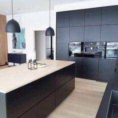 Do you like black kitchens? New Kitchen Designs, Kitchen Room Design, Modern Kitchen Design, Home Decor Kitchen, Home Kitchens, Black Kitchens, Kitchen Hacks, Open Kitchen Interior, Open Plan Kitchen Living Room