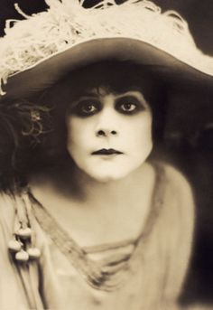 The amazing Theda Bara - Silent Film Star - the eyes have it! Silent Screen Stars, Silent Film Stars, Movie Stars, Film D'action, Film Stills, Film Movie, Old Hollywood Glamour, Vintage Hollywood, Classic Hollywood