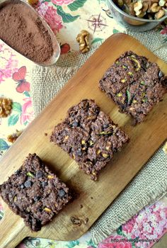 Vegan chocolate zucchini brownies: you must try this one, friends! So easy to make, with simple ingredients and yet so scrumptious!