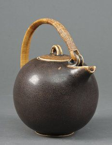 such a beautifully round teapot that it looks ripe enough to burst. Eva Staer-Nielsen, Saxbo