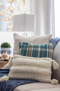 How to make a knitted pillow with tassels pattern that is easy to knit.#knitting #knittingpatterns #chunkyknit Knitted Afghans, Knitted Blankets, Yarn Projects, Knitting Projects, Sewing Projects, Knitting Yarn, Knitting Patterns, Knitting Needles, Blanket Patterns