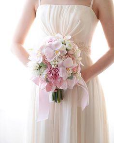 . . 日曜日はアトリエお休みで、メールへのお返事もお休みしています。 その間に、たくさんのお問い合わせをいただきました。 、 春の花嫁様 そろそろ動き出される頃なのですね . アトリエについたら、真っ先にお返事させていただきます! 少しお待ち下さい(*^^*) . . #weddingbouquet #bouquet #wedding #weddingflowers #ウェディングブーケ #ウエディングブーケ #クラッチブーケ #2018春婚 #春のブーケ #造花ブーケ #前撮りブーケ #ブーケデザイン Barn Wedding Decorations, Table Decorations, Bride Bouquets, Bridesmaid Dresses, Wedding Dresses, Big Day, Ideas Para, Tablescapes, Pink Flowers