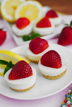 No-Bake Strawberry Lemonade Bites are tart, sweet, creamy, and taste exactly like a glass of lemonade accented with the fresh taste of strawberries. Nutella, Just Desserts, Delicious Desserts, Yummy Food, Strawberry Recipes, Strawberry Lemonade, Strawberry Cheesecake, Macaroons, Yummy Treats