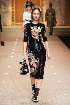 The complete Dolce & Gabbana Fall 2018 Ready-to-Wear fashion show now on Vogue Runway. Line Brems Fashion 2018, Love Fashion, Trendy Fashion, High Fashion, Autumn Fashion, Dolce & Gabbana, Couture Fashion, Runway Fashion, Michael Cinco