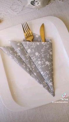 Wedding Napkin Folding, Paper Napkin Folding, Paper Napkins, Diy Home Crafts, Crafts For Kids, Food Decoration, Table Decorations, Food Art, Christmas Crafts