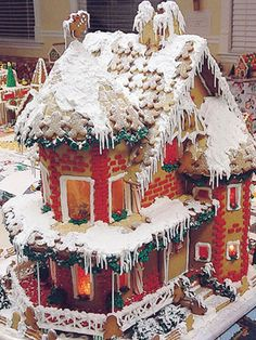 Snow on the Roof Former Runner-Up Winner Cheryl Fullmer of West Bountiful, UT, created this mansion with melting snow and gingerbread-man shingles. Gingerbread House Pictures, Gingerbread House Parties, Gingerbread Village, Christmas Gingerbread House, Gingerbread Man, Christmas Treats, Christmas Baking, Gingerbread Cookies, Christmas Cookies