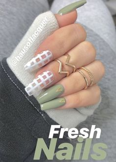 The advantage of the gel is that it allows you to enjoy your French manicure for a long time. There are four different ways to make a French manicure on gel nails. The choice depends on the experience of the nail stylist… Continue Reading → Aycrlic Nails, Dope Nails, Fun Nails, Hair And Nails, Coffin Nails, Manicures, Best Acrylic Nails, Acrylic Nail Designs, Acrylic Nails Green