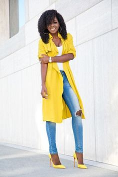 Take a simple jeans and tee and ELEVATE it with yellow pops. Street Style 2017 Summer, Casual Street Style, Casual Chic, Classy Outfits, Casual Outfits, Cute Outfits, Fashion Outfits, Moda Outfits, Fashion Tips