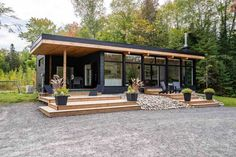 Vivienda o apartamento entero en Huntsville, Canadá. Located on the Muskoka River, you are a short boat ride to the large Mary Lake or take the locks right into Hu. Prefab Homes Ontario, Prefab Homes Canada, Cabin House Plans, Craftsman House Plans, Kayaks, Bed And Breakfast, Farm Villa, Prefab Cottages, Airbnb House
