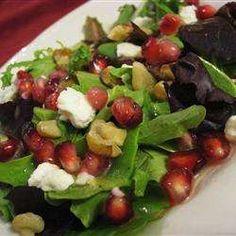 Gemischter Salat mit Granatapfel und Feta und Zitronen-Senf-Vinaigrette
