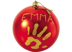 Crie uma lembrança original com a bola de Natal, que pode ser personalizada com uma adorável impressão da mão e com o nome do bebé. Um artigo de decoração de Natal único que pendurará no pinheiro com prazer e emoção todos os anos.