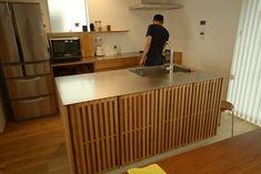玄関を通り抜けてくるとすぐにとこの印象が目に入ってくるのです。 Kitchen, Home Decor, Cuisine, Kitchens, Interior Design, Home Interior Design, Stove, Cucina, Home Decoration