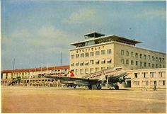 Ansichtskarte ca.1955, Druckvermerk: Reiseandenken A.M.Binder,Stuttgart-Flughafen. Vor dem Empfangsgebäude eine Douglas DC 3 der Swissair, schreibt VZZZ-Chronist Karl-Eberhard Schulz. Foto: Karl-Eberhard Schulz