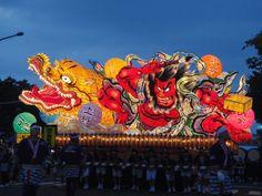 Nebuta Festival, Aomori, Japan 青森県では、8月初旬頃に行われ、大勢の市民が「ヤーレ、ヤーレ、ヤーレヤ」「ラッセ、ラッセ」「ラッセラー」「ヤーヤドー」「ヤーレ、ヤーレヤ」等の掛け声とともに、武者等を模った人型や武者絵の描かれた扇型の山車燈籠を引いて街を練り歩く。昔は最終日の旧暦7月7日の朝に川や海へ行き、山車燈籠や身体を洗ったり、山車燈籠を流したりしていた。